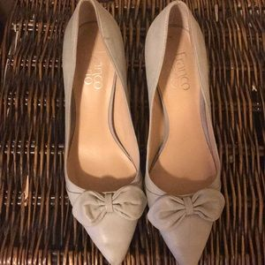 Gray leather pumps with bow detail